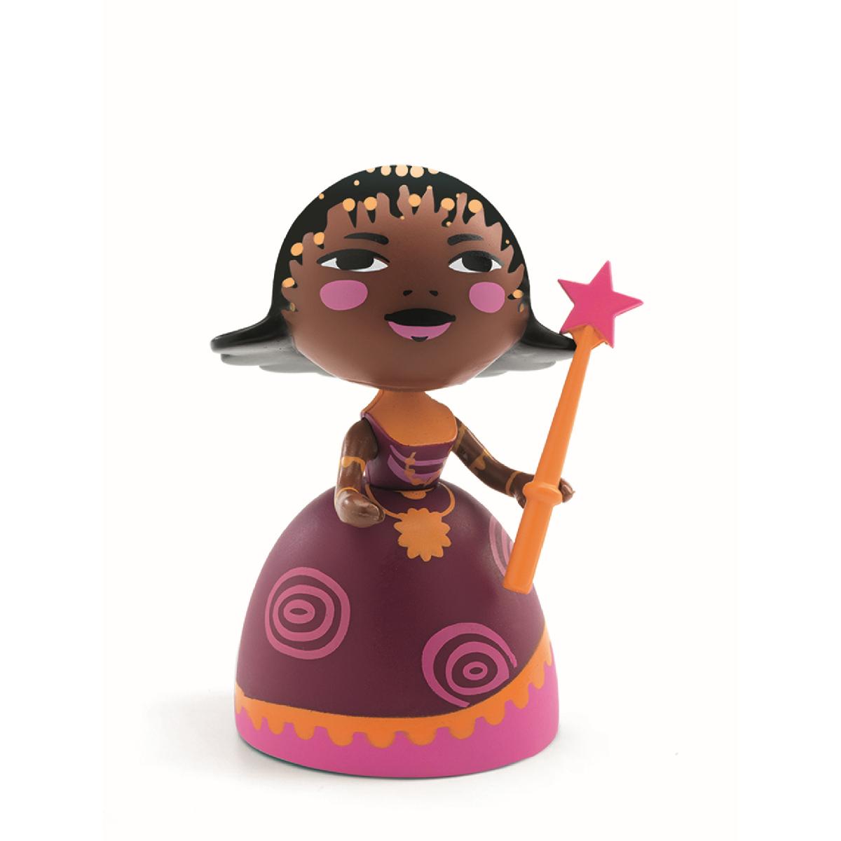 Kleine Spielfigur von Djeco Arty Toys. Der Kopf und die Arme können bewegt werden, der Zauberstab ist entfernbar und kann bei Bedarf wieder angesteckt werden.